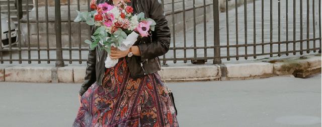 Look Elora de Carol_ananas tenant un bouquet de fleurs